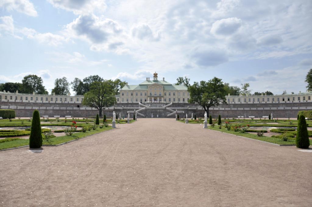 Большой (главный) дворец издалека