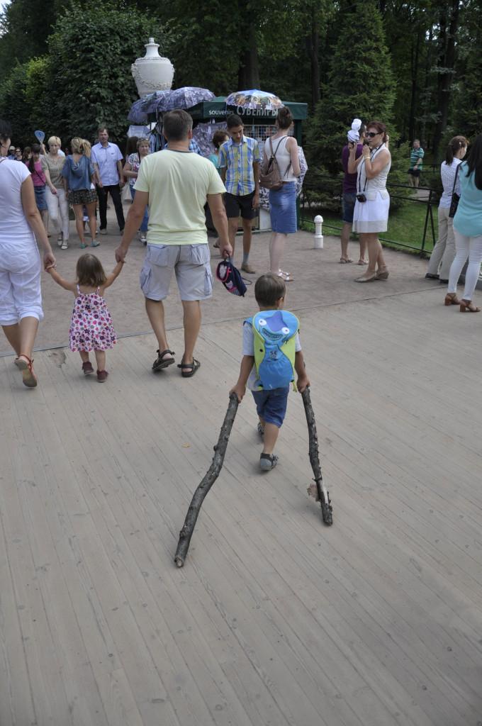 И последнее из Петергофа. Ребенок, который нас поразил. Зачем они ему?