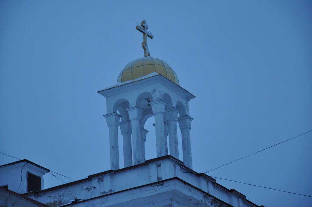Как оказалось, это колокольня. Церковь во дворе.